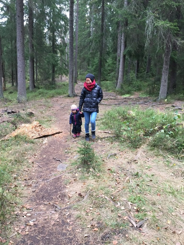 naomi-and-dyanne-in-forest-next-to-sognsvann